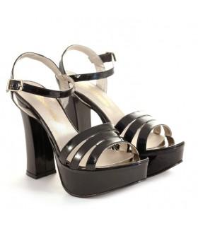 Sandalias negras en charol