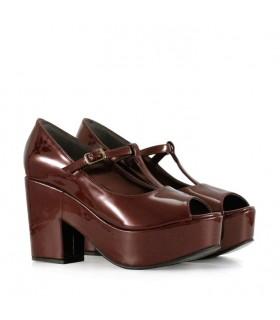 Zapatos de charol en bordo
