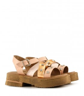 Sandalias de cuero en nude combinadas con tachas