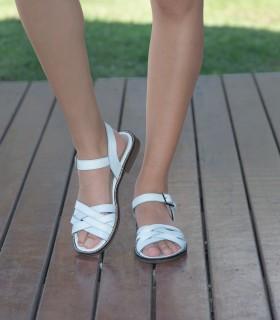 Sandalias chatas de cuero blanco