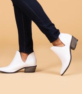 Botas cortas tipo texanas de cuero en blanco
