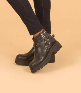 Botas cortas de cuero negro con tachas