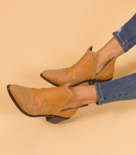 Botas cortas con tachas de cuero suela
