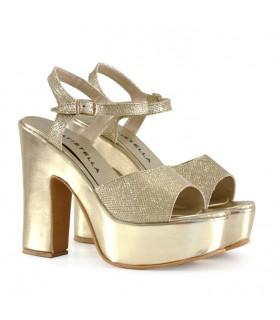 Sandalias de charol y glisten en oro