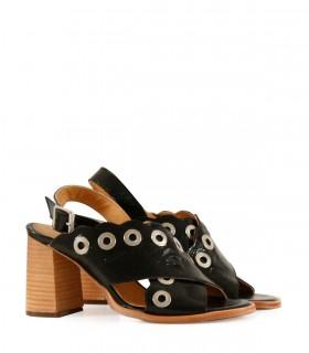 Sandalias de charol en negro con tachas