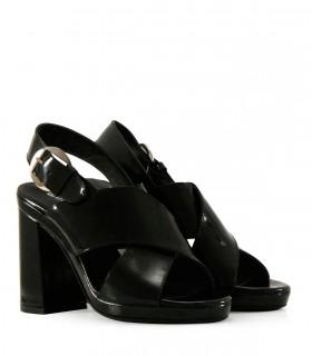 Sandalias con cintas en charol negro