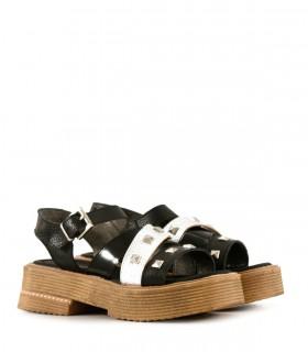 Sandalias de cuero negro combinadas con tachas