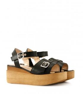 Sandalias de cuero negro con herrajes