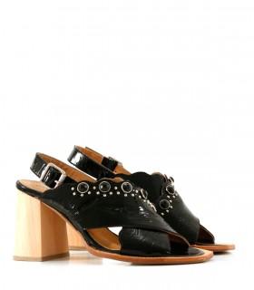 Sandalias de charol negro con tachas