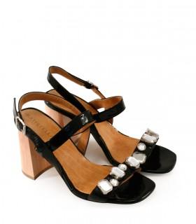 Sandalias de charol negro con detalles