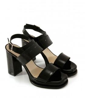 Sandalias altas de charol negro