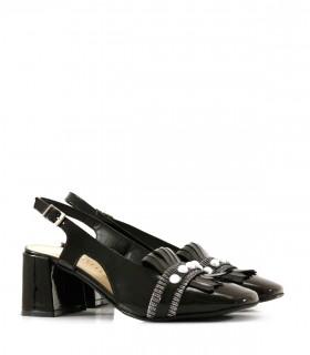 Zapatos de charol negro con flecos