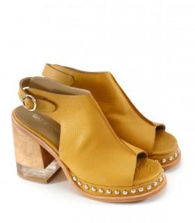 Sandalias de cuero mostaza con tachas