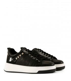 Zapatillas de cuero negro con tachas