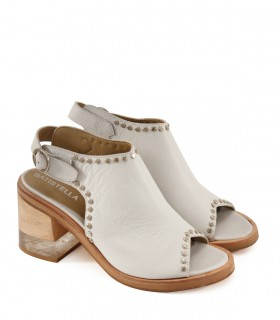 Sandalias de cuero blancas con tachas