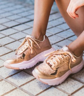 Zapatillas urbanas de símil cuero en bronce