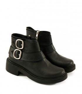 Botas cortas de cuero negro con herrajes