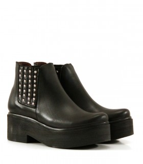 Botas cortas en cuero negro con tachas