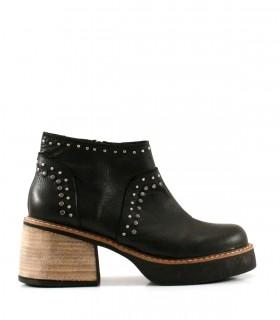 Botas cortas de cuero en negro con tachas