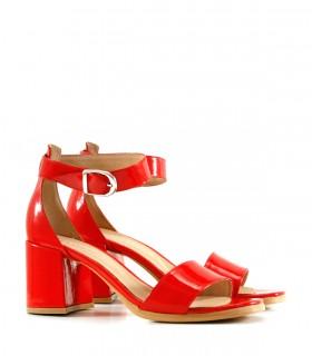 Sandalias con pulsera de charol rojo