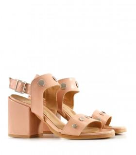 Sandalias de cuero en nude con tachas