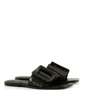 Sandalias bajas de charol quebrado en negro