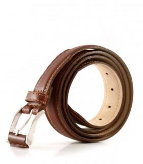 Cintos de cuero en marrón