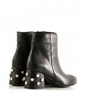 Botas cortas de cuero negro con perlas