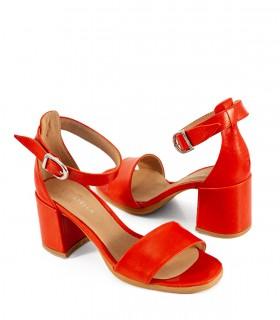 Sandalias con pulsera de cuero rojo