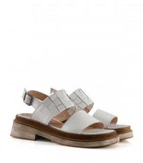 Sandalias bajas de cuero con recortes en blanco